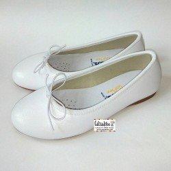 Bailarinas de piel blanca con detalle de lazo al tono, de Conguitos