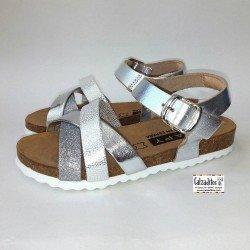 Sandalias de piel plata con tres tiras y hebilla, de Zapy