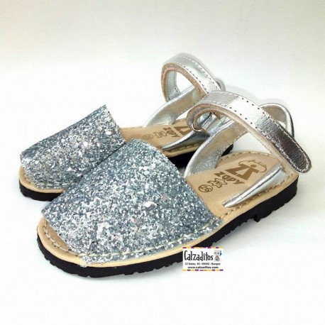 Menorquinas para niña de piel plata con glitter, de Zapy