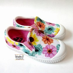 Zapatillas de lona cerradas con flores sleep on con puntera, de Zapy