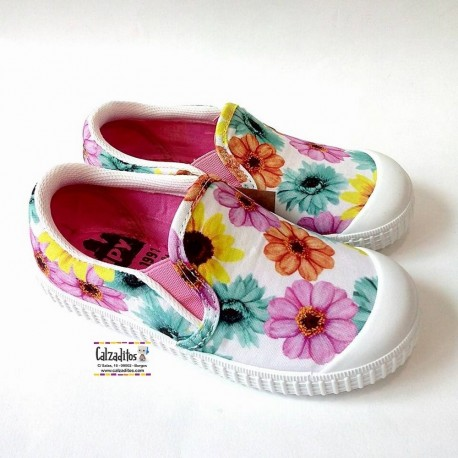 Zapatillas de lona cerradas con flores sleep on con puntera, de Zapy