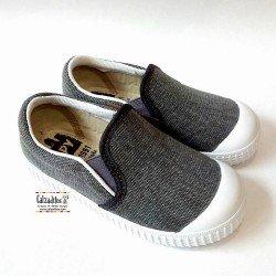 Zapatillas de lona cerradas en gris marengo sleep on con puntera, de Zapy