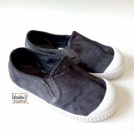 Zapatillas de lona cerradas en gris sleep on wash con puntera, de Zapy