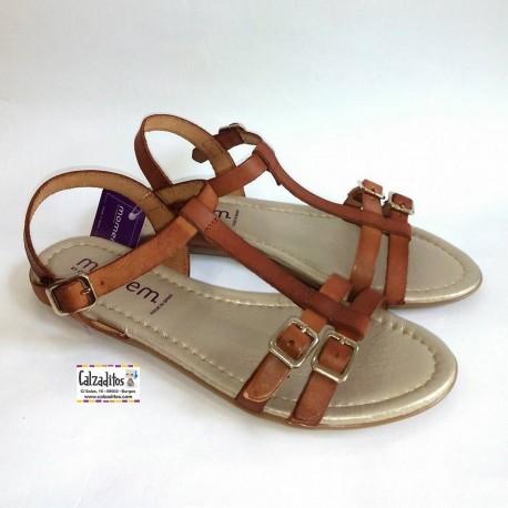 Sandalias de aspecto juvenil en piel de color cuero, de Momem by Conguitos