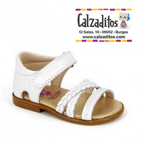 Sandalias de piel blanca para niña con velcro, de Pablosky