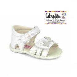 Sandalias de piel blanca para niña con velcros, de Pablosky