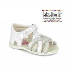 Sandalias de piel blanca y plata para niña con tiras, de Pablosky