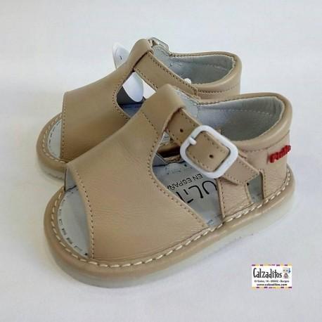 Sandalias para bebé en piel de color piedra, de Gateaflex de Piulín