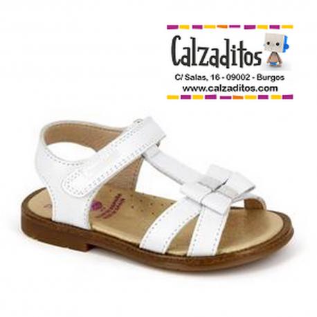Sandalias de piel blanca con tira cruzada y velcro, de Pablosky