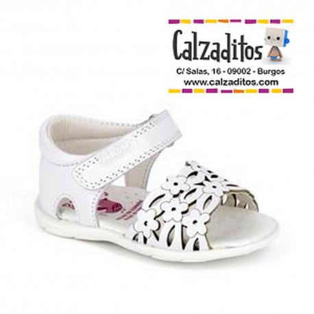 Sandalias de piel blanca de flores para niña con talonera, de Pablosky