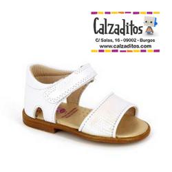 Sandalias de piel blanca con texturizado brillante, de Pablosky