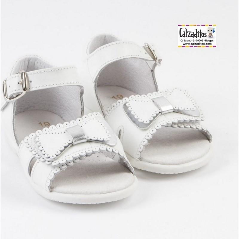 9a2022ab Sandalias de bebé niña en piel blanca (y plata), de Osito by Conguitos ...