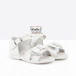 Sandalias de bebé niña en piel blanca (y plata), de Osito by Conguitos