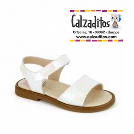 Sandalias de piel blanca para niña con nacarado, de Pablosky