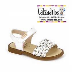 Sandalias de piel blanca para niña con perforaciones y velcro, de Pablosky