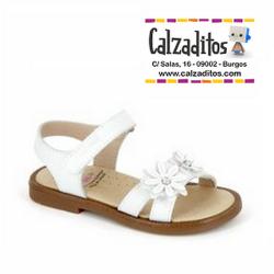 Sandalias de piel blanca para niña con flores, de Pablosky