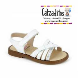 Sandalias de piel blanca para niña con tiras y lacito, de Pablosky