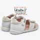 Sandalias en piel blanca y plata con velcros, de Garvalín