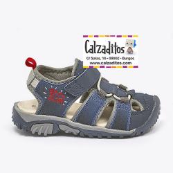 Sandalias para niño de tejido azul y gris con puntera y velcro, de Garvalín
