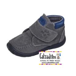 Botitas de tipo casual en piel serraje gris para niño, de Zapy