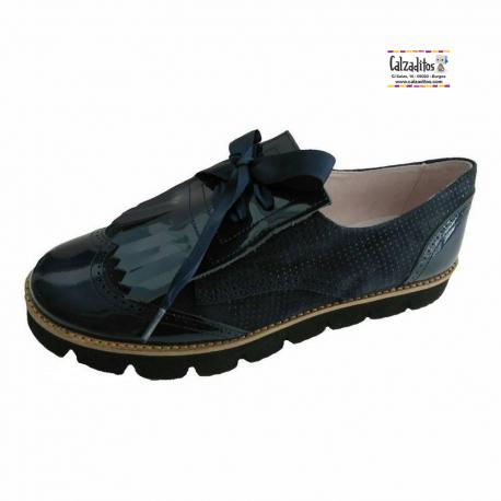 Zapatos blucher en ante mil puntos y charol metalizado azul marino, de Pirufín