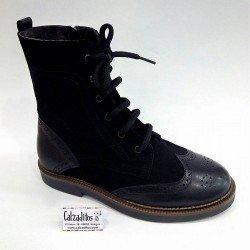 Botas de media caña en piel y serraje negro con cordones, de Nens