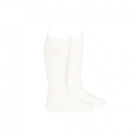 Calcetines altos de punto liso nata con aplicación de pom pom al tono, de Cóndor