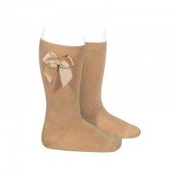 Calcetines altos lisos de color camel con lazo lateral, de Cóndor