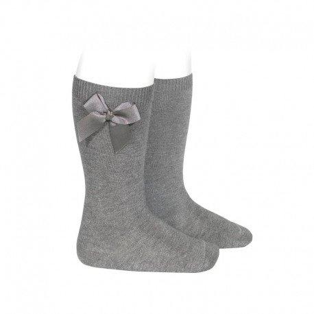 Calcetines altos lisos de color gris claro con lazo lateral, de Cóndor