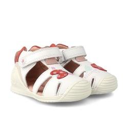 Sandalias para niña en piel blanca con dettalle de mariquita, de Garvalín Biomecanics