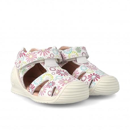 Sandalias para niña en piel blanca con estampados, de Biomecanics de Garvalín