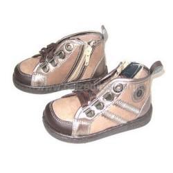 Botas de cordones con gancho en color taupé y marrón, de Zapy