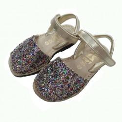 Menorquinas de piel platino con glitter multicolor, de Zapy