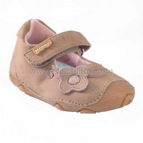 Zapatos beiges de niña con flor, de Garvalín