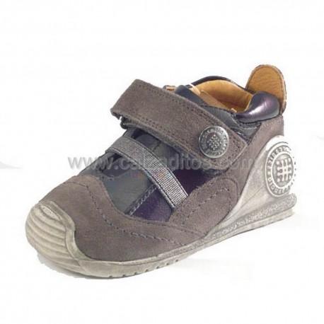 Zapatos grises de niño, de Biomecanics de Garvalín