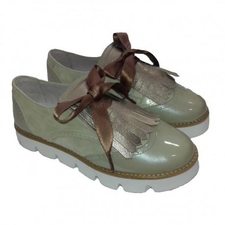 Zapatos blucher en ante metalizado y charol platino, de Pirufín