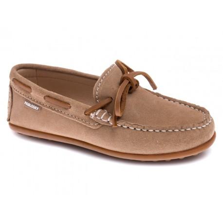 Zapatos mocasín de piel serraje de color visón, de Pablosky