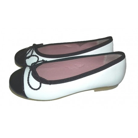 Bailarinas de piel blanca tipo Chanel con detalles en marino, de Tinny Shoes