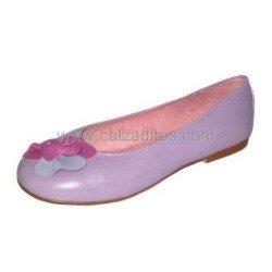Zapatos lilas de piel de chica con flor