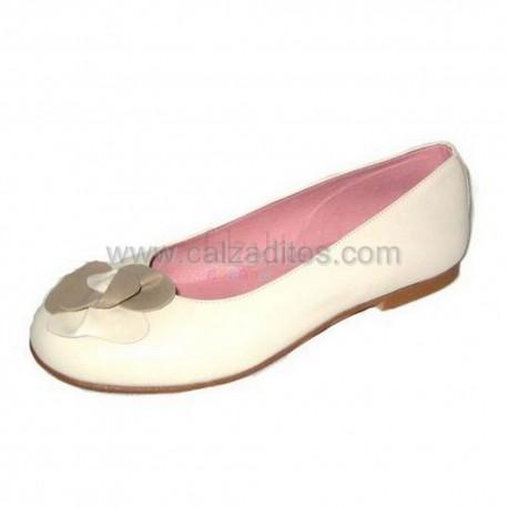 Zapatos beiges de piel de chica con flor