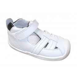 Sandalias abotinadas de piel en blanco con azul marino con casco protector, de d'Bebé