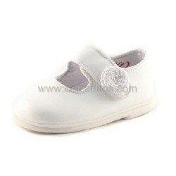 Zapatos de niña en piel de charol blanco, de Cucada de Eli