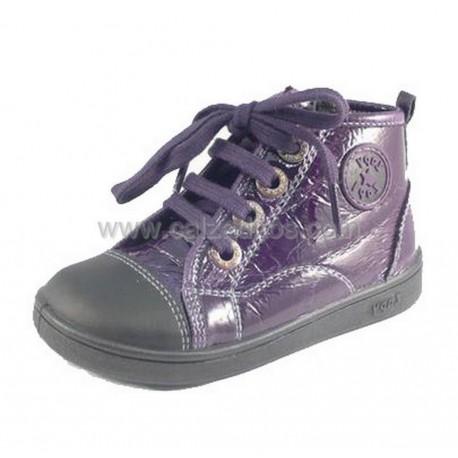 Botas de polipiel violeta brillo, de Zapy