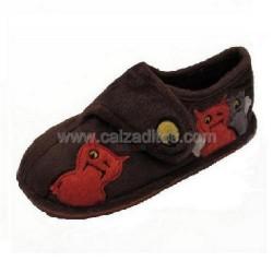 Zapatillas de estar en casa marrones con motivos de monstruos de Gioseppo Kids