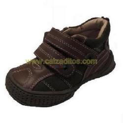 Botines para niño en piel marrón chocolate y serraje marrón claro con dos velcros de Gioseppo Kids