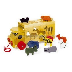 Camión de madera con arrastre y animales de la selva