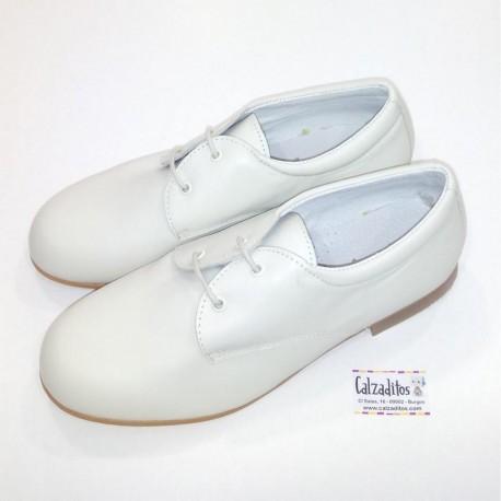 Calzado de piel beige con cordones, zapatos de Comunión o vestir para niño