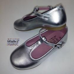 Merceditas de piel de color plata con hebilla, de Tinny Shoes