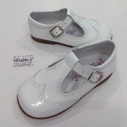 Zapatos pepitos de charol blanco con hebilla, de Andanines