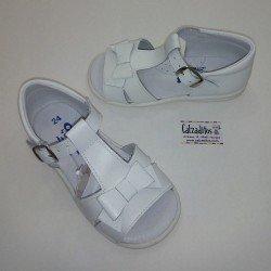 Sandalias de piel blanca para niña con hebilla, de Osito by Conguitos